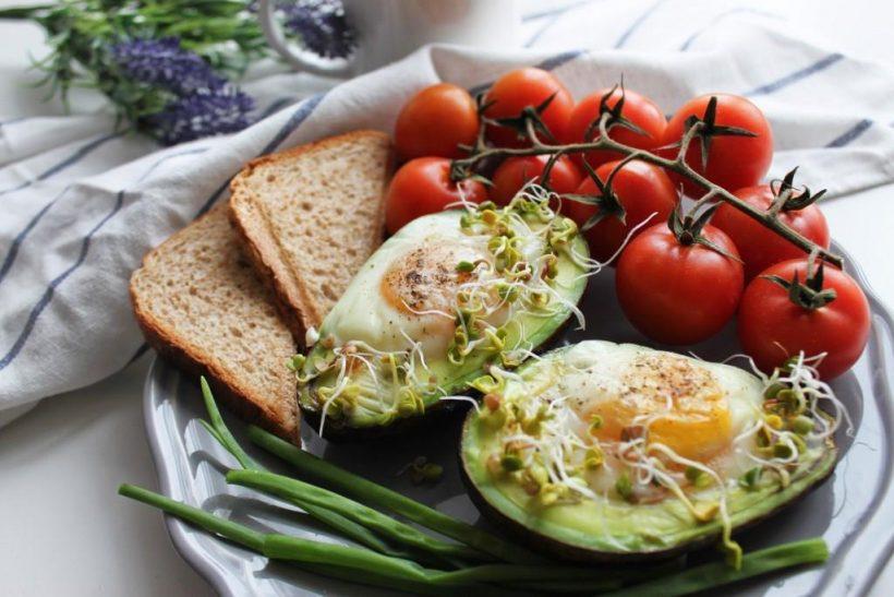 śniadanie białkowo-tłuszczowe - awokado z piekarnika z jajkiem